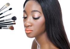 Maquilleuse de l'Africaine centrale pour mariage afro